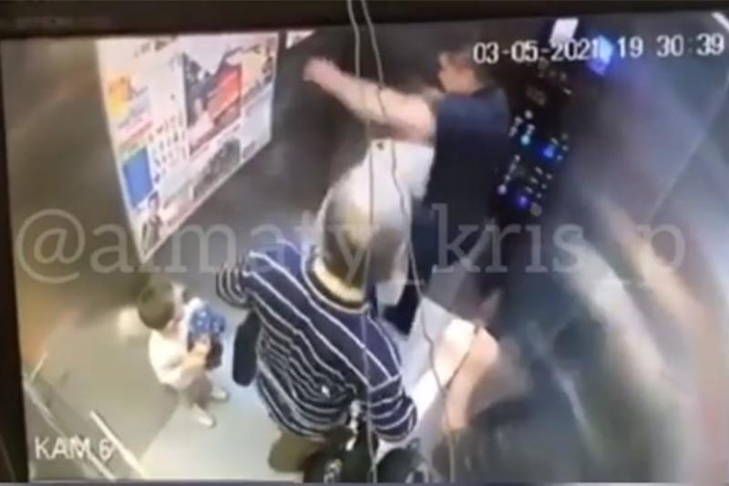 Алматы полициясы лифтіні тепкілеген ер адамды іздестіріп жатыр