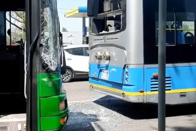 Автобус столкнулся с троллейбусом в Алматы: пострадали пассажиры