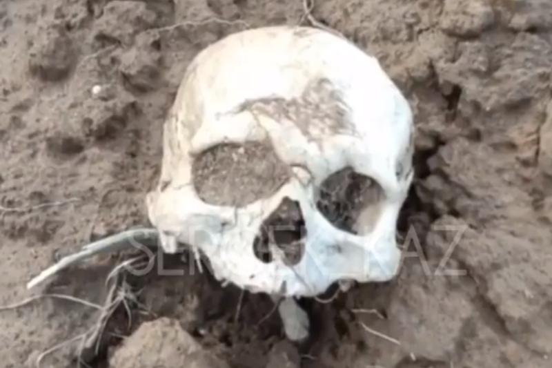 Есік қаласында перзентхана маңынан адам сүйектері шығып жатыр