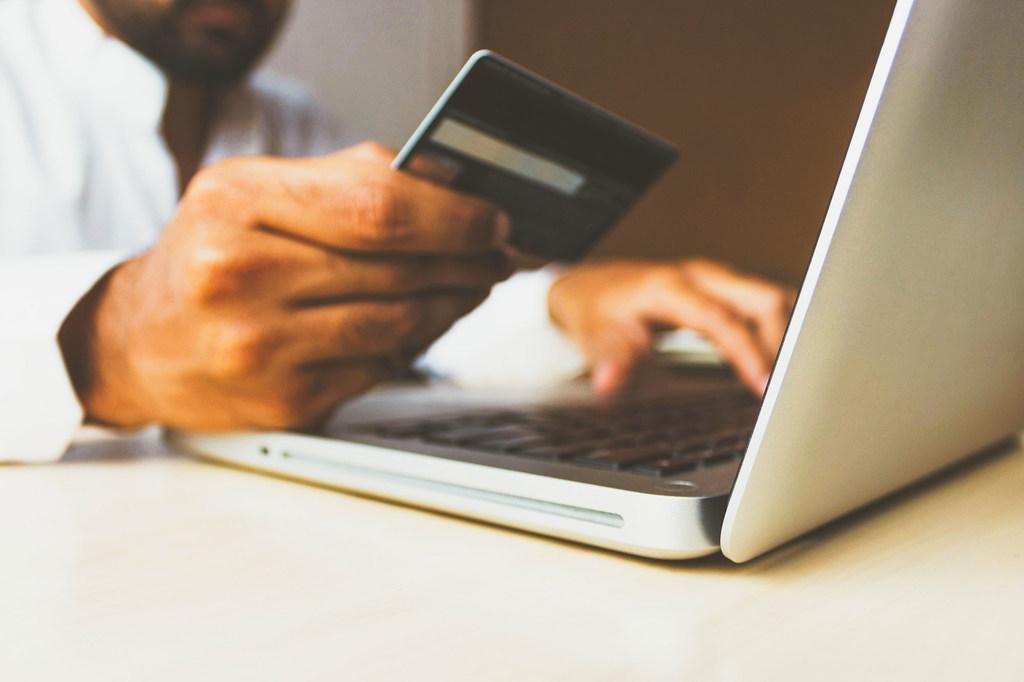 新冠疫情助推在线零售 全球电子商务销售额跃升至26.7万亿美元