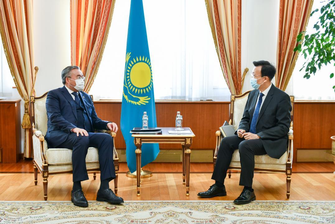 外交部长会见中国驻哈大使