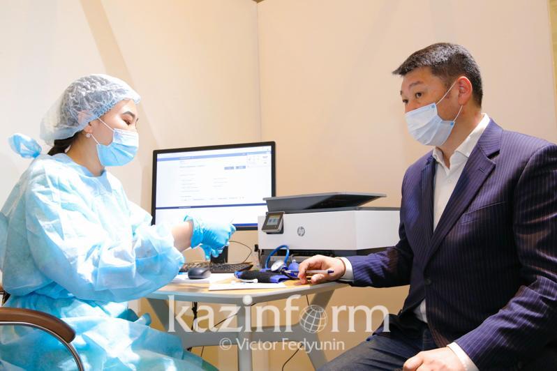 Известные казахстанские деятели культуры получили вакцины от КВИ в столичном торговом центре