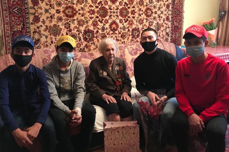 Алматылық волонтерлер соғыс ардагерлеріне арналған қайырымдылық марафонын бастады