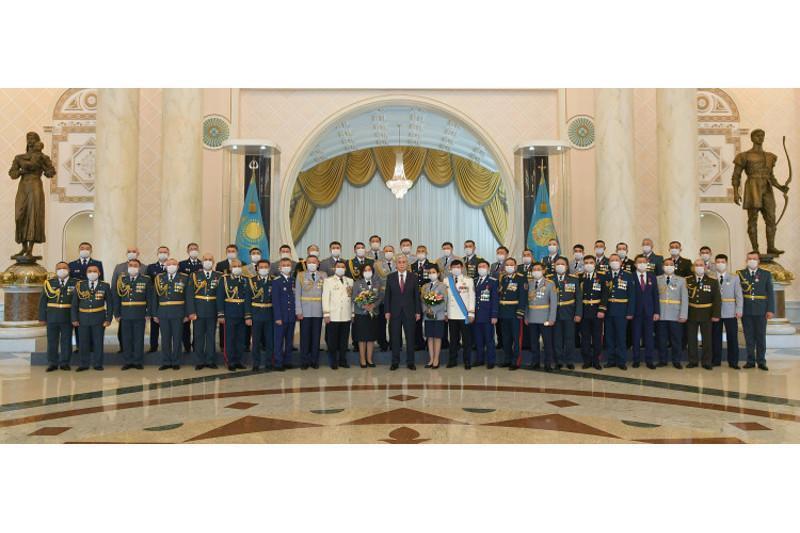 托卡耶夫总统在总统府主持高级军衔授衔仪式