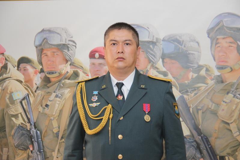 Көпірден секірген әйелді құтқарған оралдық әскери қызметші медальмен марапатталды