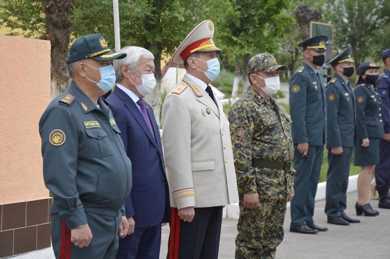 Полицейские и военнослужащие несут службу днем и ночью для безопасности жителей - Жанат Сулейменов