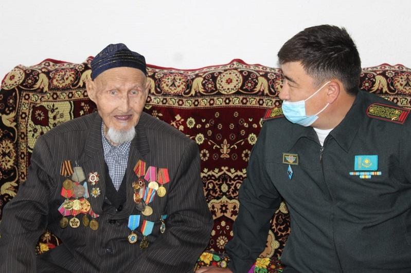 Фронтовика Асаубая Сулейменова поздравили с Днем Победы военнослужащие РгК «Юг»