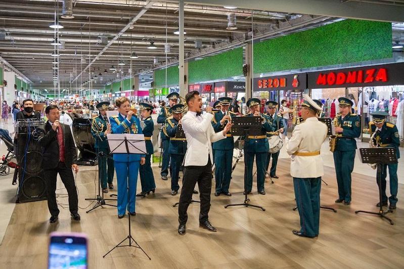 Алматыда әскери оркестр музыканттары сауда орталығында концерт өткізді