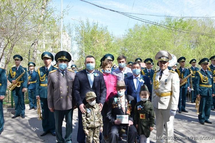 Ветеранов столичного района Байконыр поздравили с предстоящим Днем Победы
