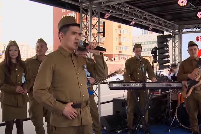 Передвижной праздничный концерт«Жеңіс жолдарымен - Дорогами Победы» проходит в Нур-Султане