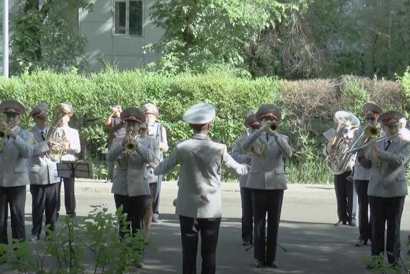 Песни военных лет для ветерана ВОВ исполнили полицейские Алматы