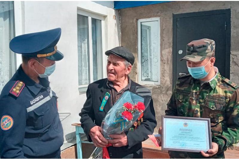 Равнение на ветерана: сотрудники ДЧС поздравили труженика тыла в Карагандинской области
