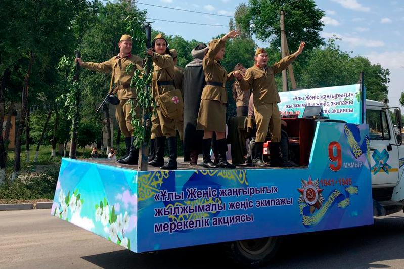 «Экипажи Победы» с песнями военных лет проехали по Таразу