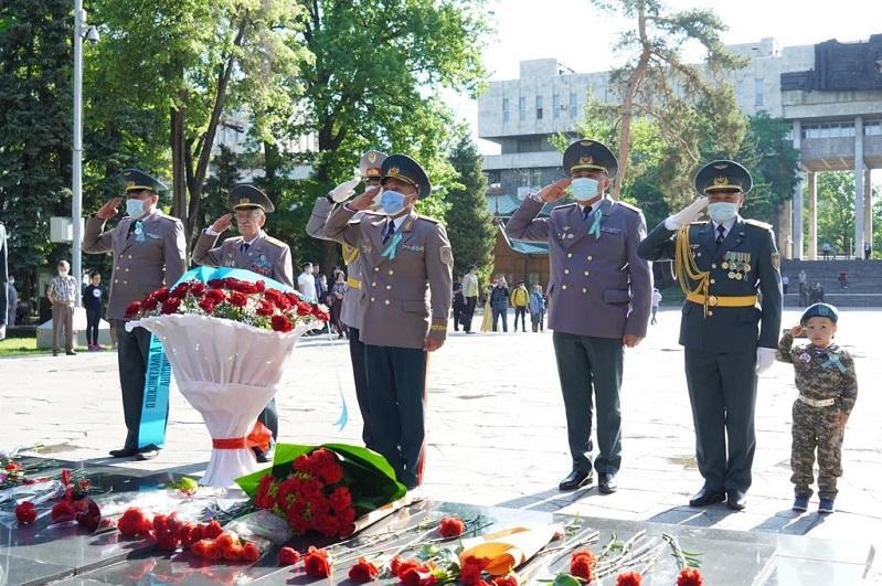 Автоколонна и возложение цветов к Вечному огню: в Алматы отметили День Победы