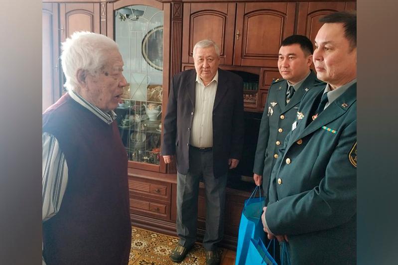 Посольство Казахстана в Украине поздравило ветерана ВОВ с 76-летием Победы