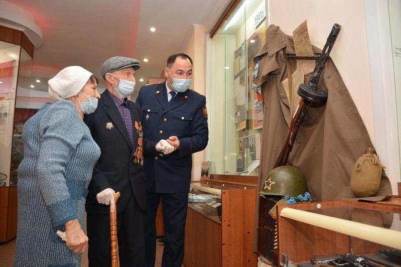 100-летний ветеран войны посетил музей полиции СКО