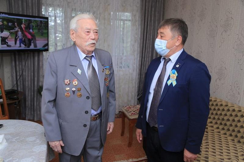 Аким Костаная посетил с поздравлениями ветеранов войны
