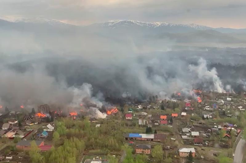 Крупный лесной пожар тушат в ВКО: есть пострадавшие
