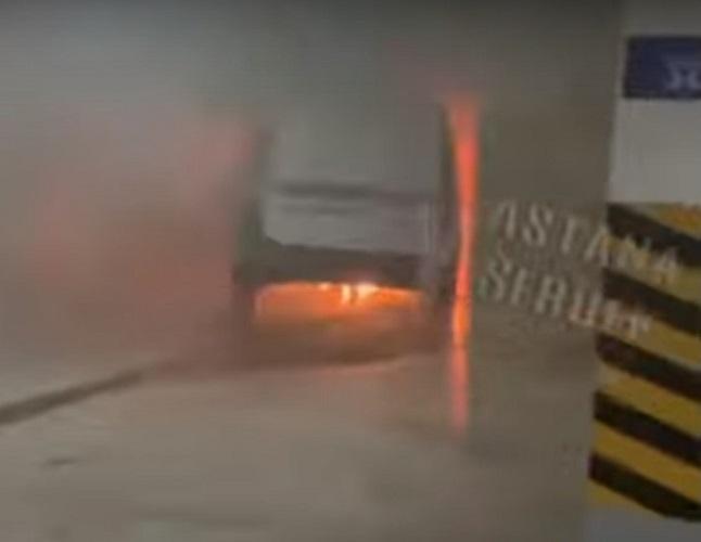 Автомобиль горел в паркинге жилого комплекса в столице