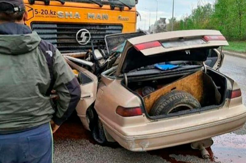 Elordada Toyota Camry aýyr júk kóliktiń astyna kirip ketti