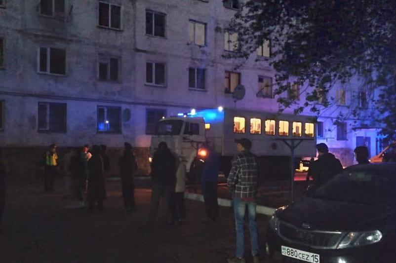 Kókshetaýda kópqabatty úı órtenip, 30 adam evakýatsııalandy