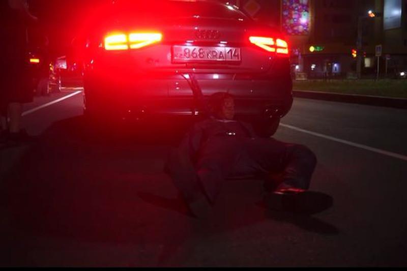 Видео с привязанным человеком к легковушке прокомментировали в полиции Павлодара