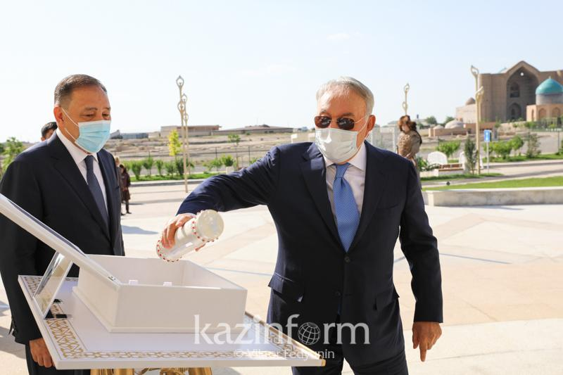 首任总统出席哈萨克汗国历史纪念广场开幕仪式