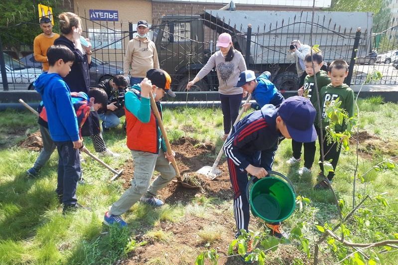 Сад памяти: Столичные школьники вместе с родителями посадили саженцы