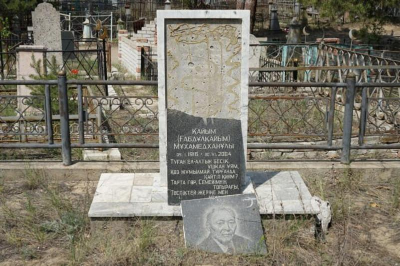 Вандалы разгромили мраморную плиту на могиле Кайыма Мухамедханова в Семее