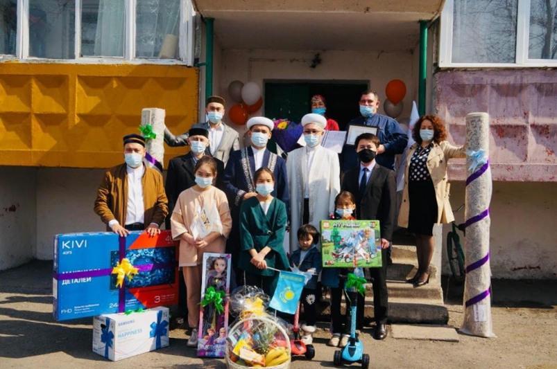 Квартиры подарили двум карагандинским семьям в священный месяц Рамазан