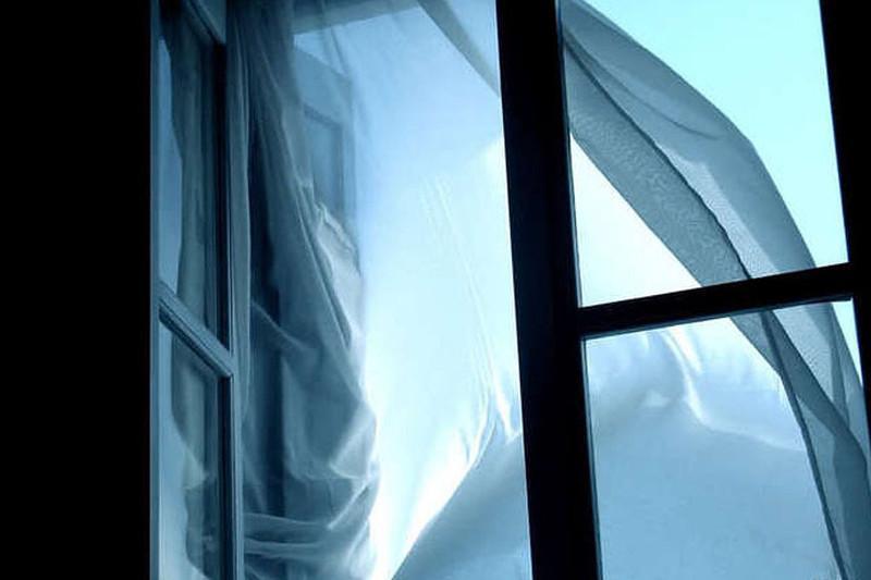 Алматинка выпрыгнула из окна многоэтажки и выжила
