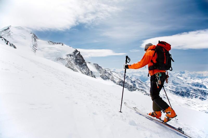 Эверест чўққисига чиқмоқчи бўлган икки альпинист вафот этди