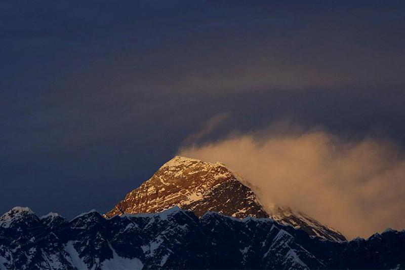 尼泊尔向导创下两次珠峰登顶最快纪录