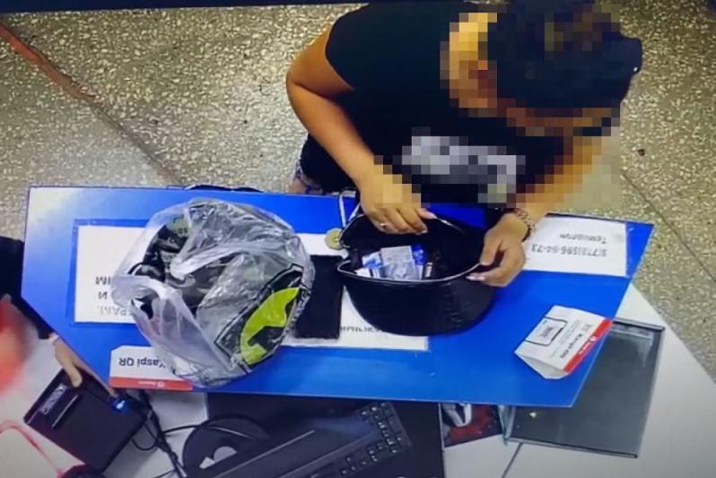 Женщина при покупке похитила сотовый телефон кассира