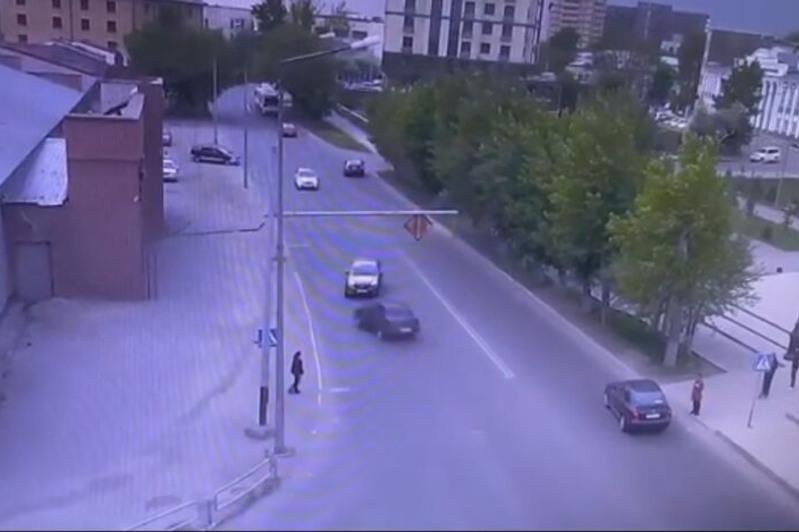 Два автомобиля столкнулись лоб в лоб в Семее
