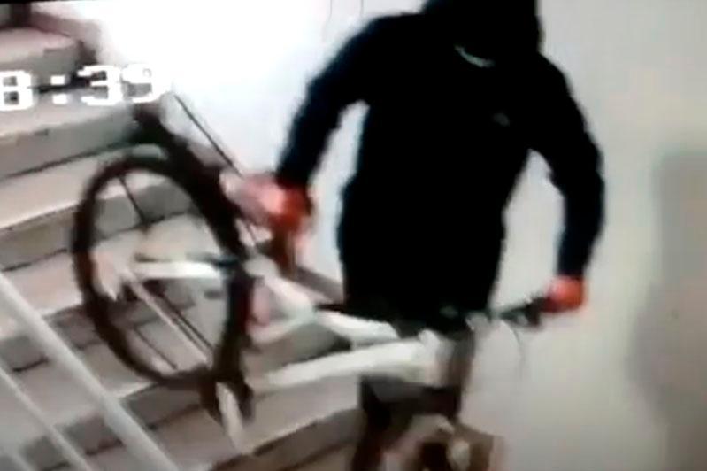 18-летний парень похитил оставленный без присмотра спортивный велосипед