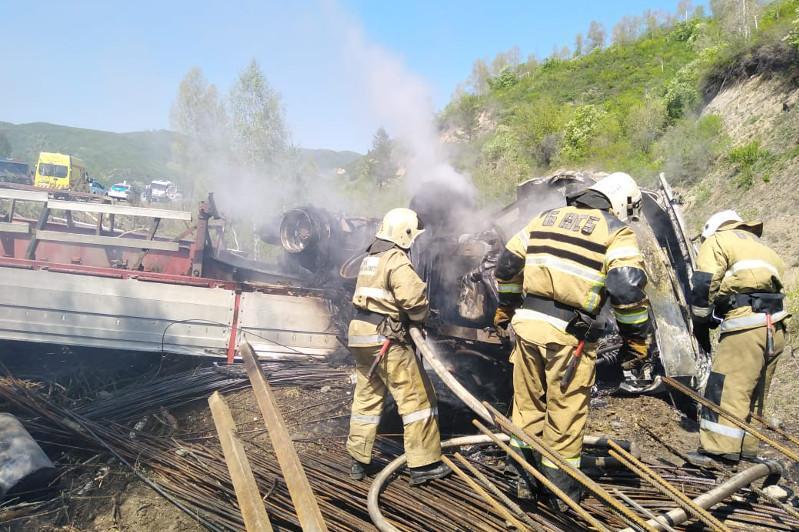 Два трупа обнаружили в сгоревшем грузовике в ВКО