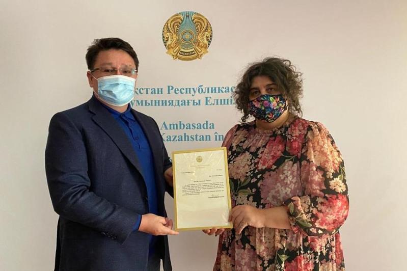 Abaı eńbekterin alǵash ret rýmyn tiline aýdarǵan professor Prezıdenttiń alǵys hatyn aldy