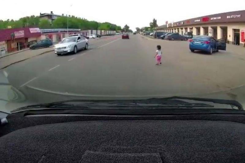 Алматы облысында 3 жастағы қыз бала жүріп бара жатқан көліктен құлап түсті