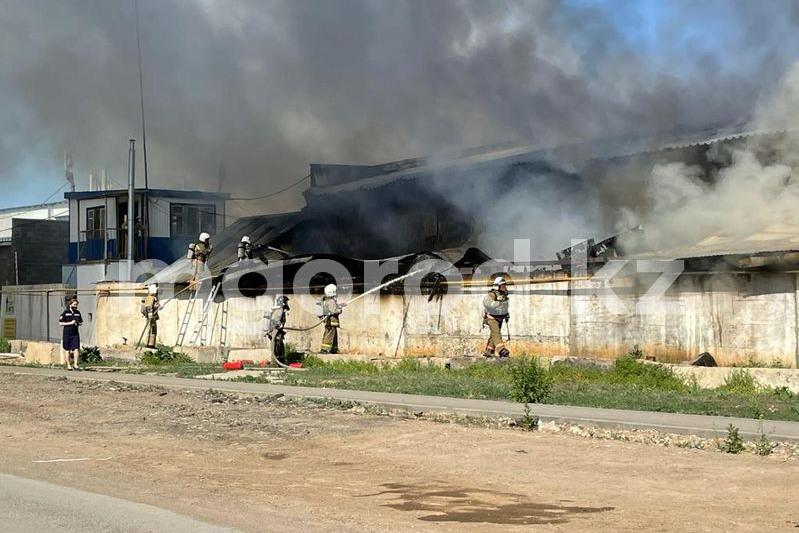 Склад строительных материалов горит в Уральске