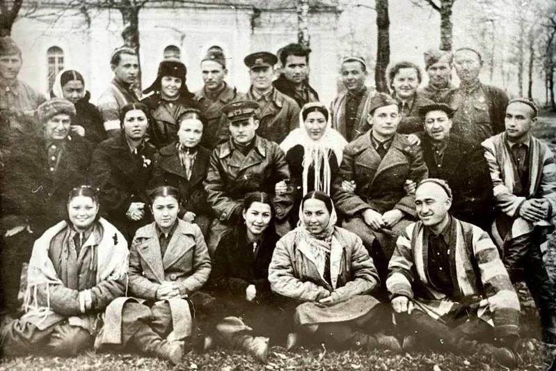 روزا باعلانوۆانىڭ 1942 -جىلى وزمەمفيلارمونياسىمەن مايداندا تۇسكەن سۋرەتى جاريالاندى