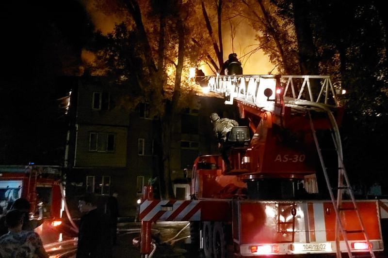 20 человек эвакуировали из-за пожара в жилом доме в Алматы