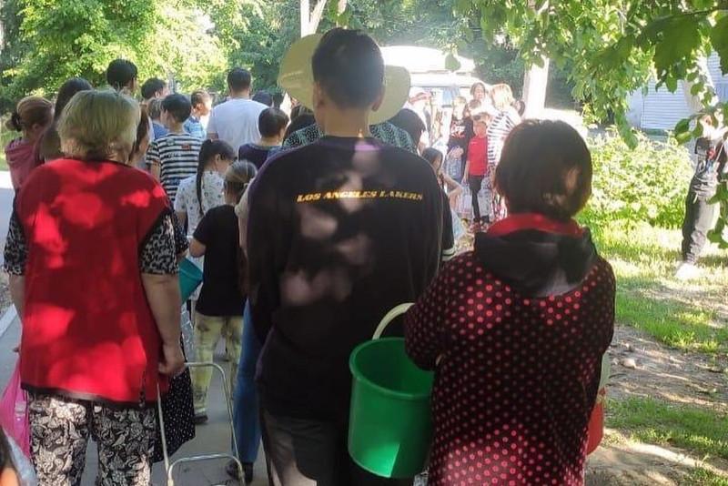 Большая очередь за водой попала на видео в Алматы