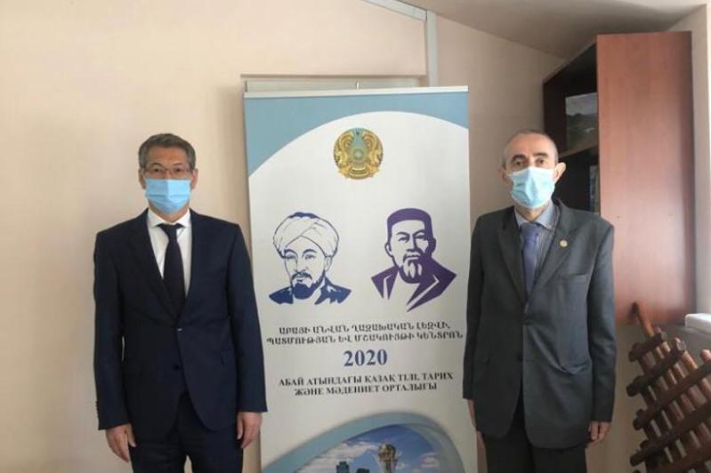 QR Prezıdenti Abaıdy nasıhattaýǵa qosqan úlesi úshin Armenııa professoryn marapattady
