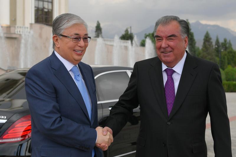 Президенты Казахстана и Таджикистана провели двусторонние переговоры в узком формате