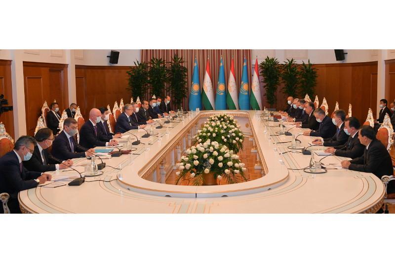 Касым-Жомарт Токаев и Эмомали Рахмон провели двусторонние переговоры в расширенном формате