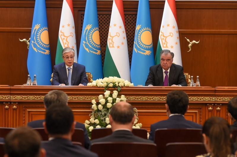 Президенты Казахстана и Таджикистана провели совместный брифинг для СМИ