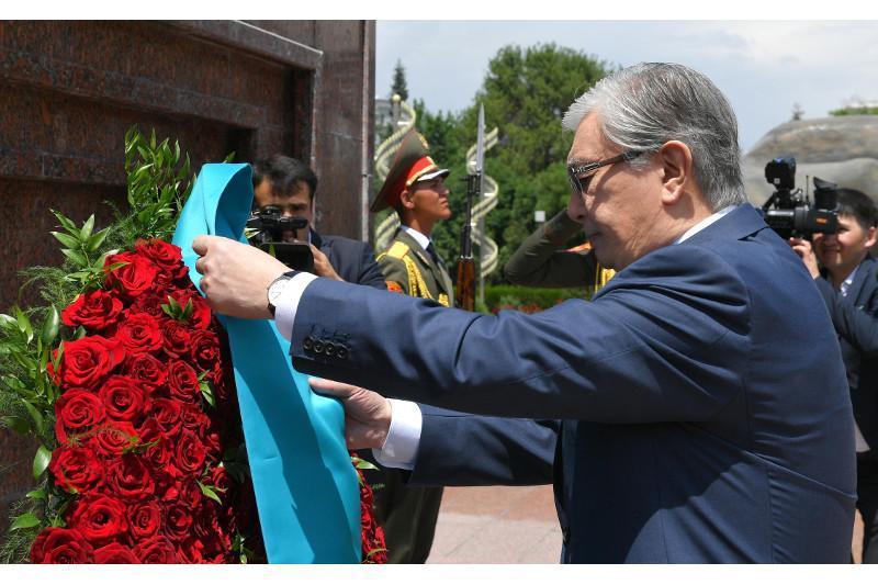 Президент Казахстана возложил венок к монументу Исмоила Сомони в Душанбе