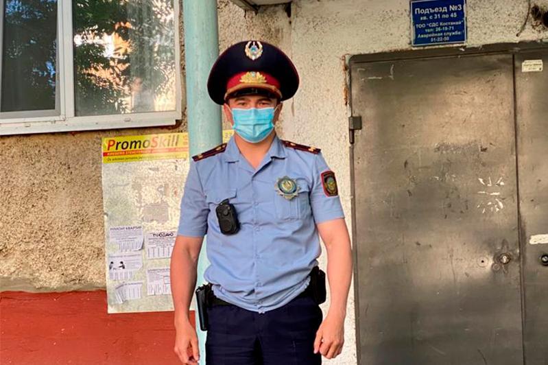 В Костанае полицейский спас ребенка от падения