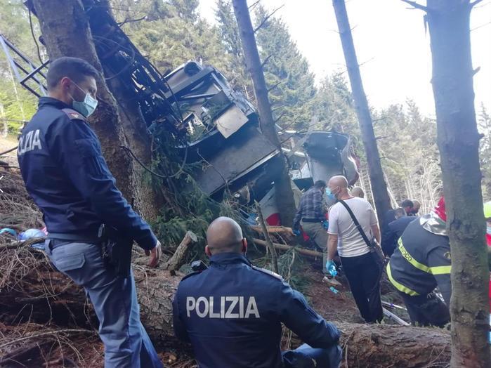 13 человек погибли при падении кабины с канатной дороги в Италии